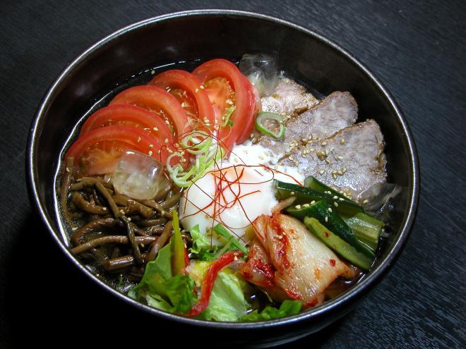 スープはあっさりとしていながら深い味わい。こしがありスッと入る、韓国風の麺を使用。酢を少し入れても爽やか。