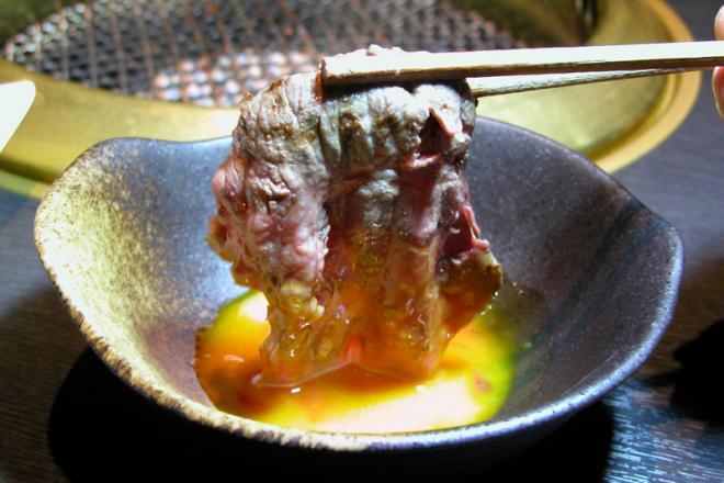 黒毛和牛 焼きしゃぶ(卵黄付き)のご紹介 厳選和牛を焼きしゃぶという新しいスタイルで味わえる! 卵黄をとろり絡ませて肉汁とのハーモニーをお楽しみ下さい!