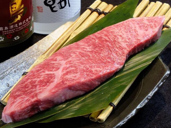 人気の赤身「希少部位のイチボ」をぜひランチでお楽しみ下さい!  ◎「イチボ」とは、牛のお尻の先の肉になります。 ランプと呼ばれるおしり上部のお肉のうち、下側のやわらかい部分を特に切り出したお肉です。運動を重ねていることから脂肪分はすくないですが、やわらかい赤身のお肉になります。焼肉では希少部位として人気があります。  ※ドリンクはコーヒー(ホットotアイス),黒ウーロン茶,オレンジジュースの中からお選び頂けます。