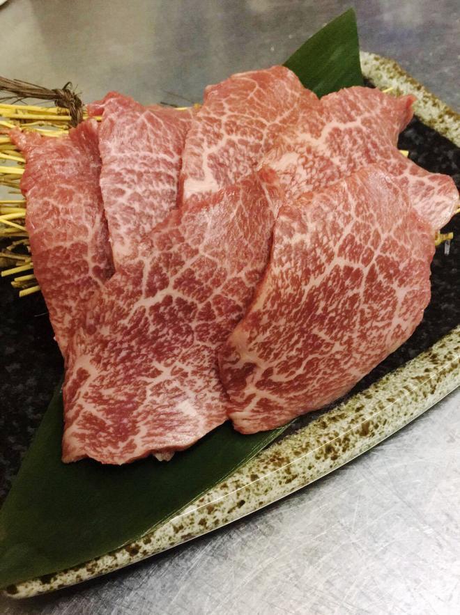 ◎「トウガラシ」とは、とうがらしの形をしている肩甲骨付近のお肉で一頭からあまり多く取れない希少部位になります。 肉質はきめがやや粗く筋がありますが、赤身のうま味が強く、肉汁があふれ出すのが特徴。とてもさっぱりしていて噛むほどに甘い味が染み出てくる赤身の部位です。
