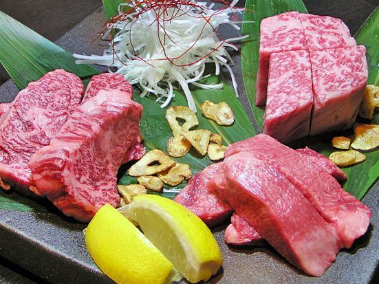 オーナー厳選の贅沢の極みの肉シリーズを夢の厚切りにいたしました!柔らかさと溢れ出す肉汁に笑顔すること間違いなし。
