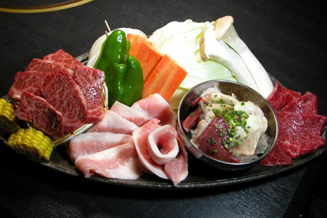 ファミリーにもぴったりの「味わいセット」は、天穂おすすめの和牛、ホルモン、焼き野菜の定番焼肉セット。