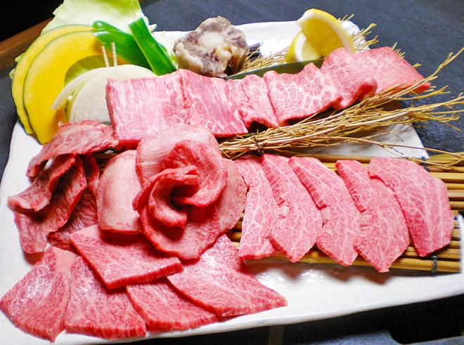 肉好きの方に是非味わって頂きたい「極上セット」。 極上ロース、カルビー、ハラミ、タン、テールの網焼きと極上和牛の味比べ。