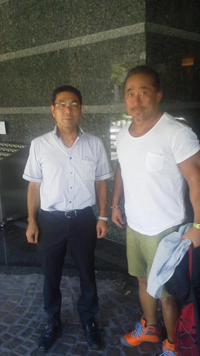 昨夏、九州医療スポーツ専門学校の講演で来北していた  角田信朗さんと天穂でランチしたあと、 講演会場のホテルニュー田川前で記念撮影♪   ボクシングの試合のスポンサーなど、格闘技大好きな山重社長、夢のようなランチ^^